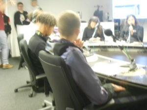 Les élèves s'installent autour du plateau et testent leur micro.