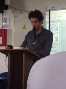 Emmanuel Ruben faisant la lecture aux élèves du lycée.